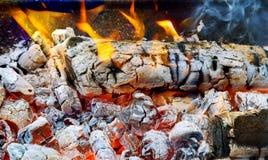 Живые и яркие красные оранжевые пламя и огонь Стоковая Фотография RF