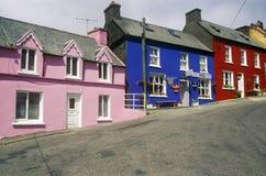 Живые покрашенные дома в деревне Eyeries, западной пробочке, Ирландии Стоковое Изображение RF
