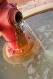 жидкостный огнетушитель вне красную проточную воду Стоковая Фотография RF