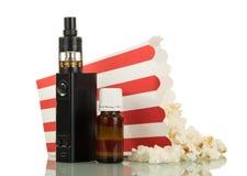 Жидкость для электронных сигареты и попкорна упала из коробки, Стоковое Изображение