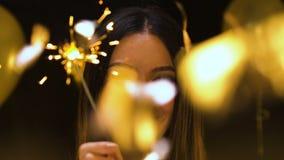 Жизнерадостная азиатская женщина держа свет Бенгалии на партии Нового Года, торжестве праздника видеоматериал