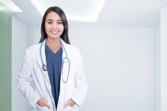 Жизнерадостная азиатская женщина доктора с стетоскопом Стоковые Фотографии RF