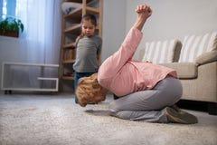 Жизнерадостная бабушка и внучка делая тренировки Стоковое фото RF