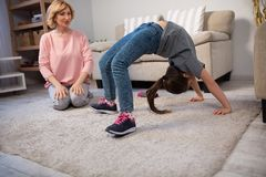 Жизнерадостная бабушка и внучка делая тренировки Стоковое Фото