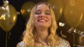 Жизнерадостная дама с шампанским отправляя поцелуй воздуха в камеру под падая confetti акции видеоматериалы