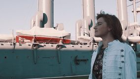 Жизнерадостная девушка в платье лета идя перед старым музеем линкора видеоматериал
