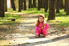 Жизнерадостная девушка малыша представляя в sunlit лесе весны Стоковое Изображение