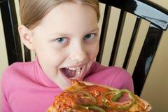 жизнерадостная девушка меньшяя пицца стоковое изображение