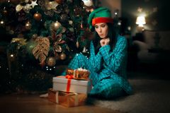 Жизнерадостная девушка находя куча настоящих моментов под ее рождественской елкой Стоковое Изображение