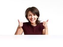 Жизнерадостная девушка показывая О'КЕЫ с обеими руками Стоковая Фотография RF