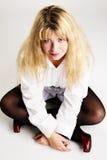 жизнерадостная девушка пола симпатичная сидит Стоковое фото RF