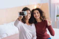 Жизнерадостная девушка принимая автопортреты совместно Стоковое фото RF