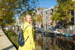 Жизнерадостная женщина в Амстердаме Стоковые Фотографии RF