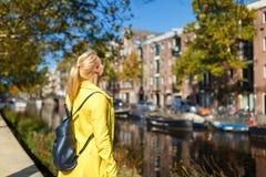 Жизнерадостная женщина в Амстердаме Стоковое Изображение