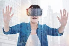 Жизнерадостная женщина в давать шлемофона VR высоко--10 Стоковая Фотография