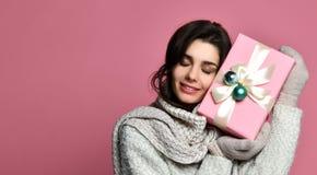 Жизнерадостная женщина в серой подарочной коробке удерживания свитера и потехе иметь стоковая фотография