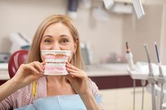 Жизнерадостная женщина имея зубоврачебный проверку стоковые изображения rf