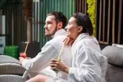 Жизнерадостная женщина и человек тратя полезного время работы совместно в салоне красоты Стоковые Фотографии RF