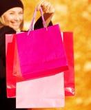 Жизнерадостная женщина на сбывании магазина Стоковая Фотография RF