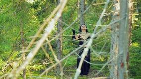 Жизнерадостная женщина с ведьмой в черных одеждах танцует ритуальный танец в лесе хеллоуине Стиль Gothick видеоматериал