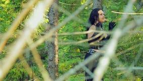 Жизнерадостная женщина с ведьмой в черных одеждах танцует ритуальный танец в лесе хеллоуине Стиль Gothick акции видеоматериалы