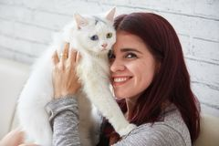 Жизнерадостная женщина с прелестным котом стоковые изображения