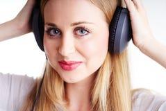 Жизнерадостная женщина с headhones Стоковое Изображение RF