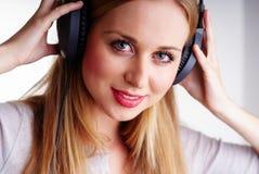 Жизнерадостная женщина с headhones Стоковые Фотографии RF