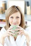 жизнерадостная женщина удерживания кофейной чашки Стоковое Фото