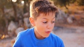 Жизнерадостная игра мальчика обезьяна акции видеоматериалы