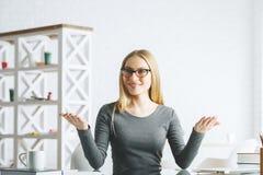 Жизнерадостная коммерсантка на столе офиса Стоковое Фото