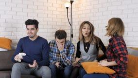 Жизнерадостная компания играет в игре консоли, девушках против мальчиков, fps выигрыша 50 девушек видеоматериал