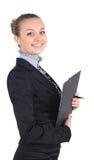 Жизнерадостная красивейшая женщина дела с сочинительством доски сзажимом для бумаги, isolat Стоковые Фотографии RF