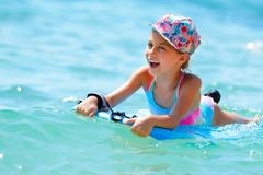 Жизнерадостная маленькая девочка в море стоковое фото