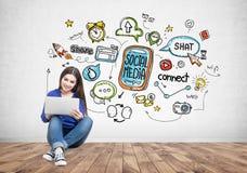 Жизнерадостная молодая женщина в рубашке джинсов, социальных средствах массовой информации Стоковые Фотографии RF