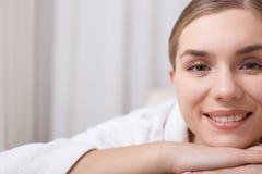 Жизнерадостная молодая женщина лежа в центре здоровья Стоковое фото RF