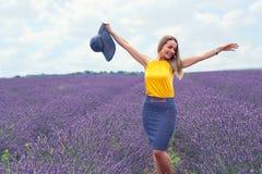 Жизнерадостная молодая женщина на поле лаванды Стоковые Фотографии RF