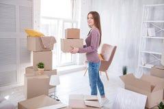 Жизнерадостная молодая женщина нося 2 коробки Стоковое Изображение RF
