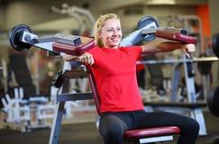Жизнерадостная молодая женщина разрабатывая в гимнастике Стоковая Фотография RF