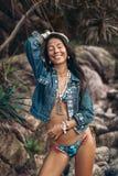 Жизнерадостная молодая женщина фотомодели в бикини имея потеху outdoors Стоковое Изображение