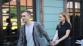 Жизнерадостная молодая пара идет вокруг города сток-видео