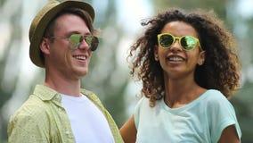 Жизнерадостная молодая пара танцуя совместно на партии, делая отраженную руку развевает сток-видео