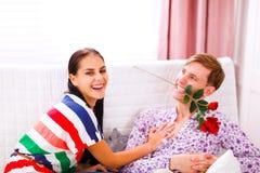 жизнерадостная потеха пар имея домашнее время Стоковые Изображения RF