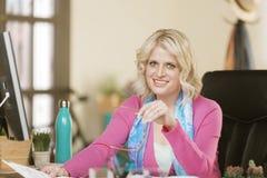 Жизнерадостная профессиональная женщина Стоковое Фото