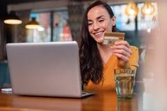 Жизнерадостная радостная женщина делая ходить по магазинам онлайн Стоковое Изображение RF