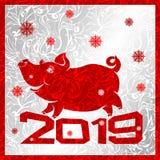 жизнерадостная свинья на надписи 2019, красный символ года на серебряной предпосылке с морозными картинами льда иллюстрация штока