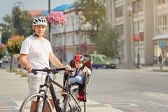 Жизнерадостная семья велосипед в парке Стоковая Фотография
