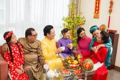 Жизнерадостная семья наслаждаясь Новым Годом стоковое фото