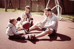 Жизнерадостная семья сидя на суде шарика корзины Стоковая Фотография RF