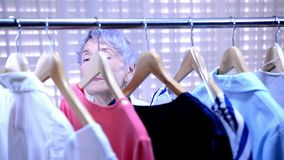 Жизнерадостная старшая взрослая женщина делая покупки видеоматериал